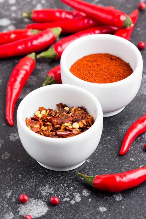 Intero peperoncino, fiocchi, polvere, condimento piccante per i piatti immagine stock