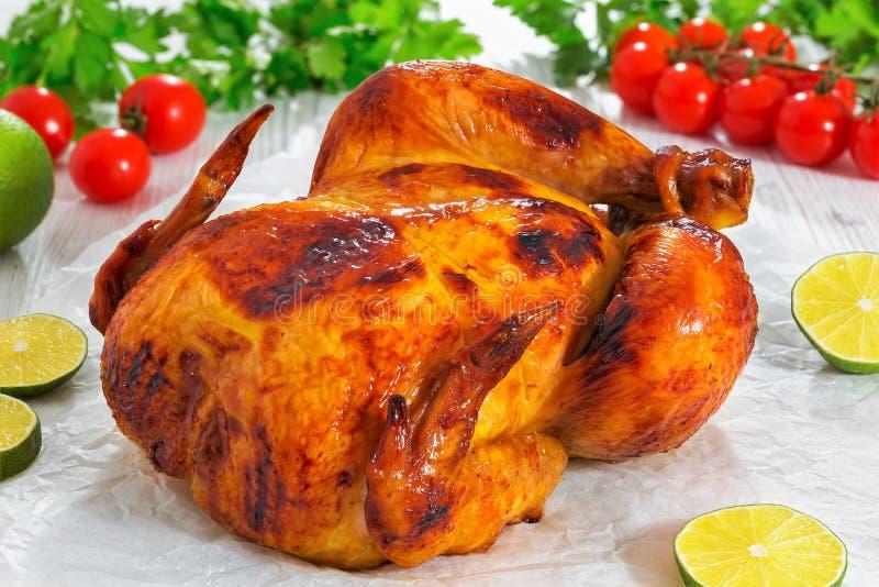 Intero pollo arrostito col barbecue con la pelle dorata croccante della crosta, primo piano immagine stock libera da diritti