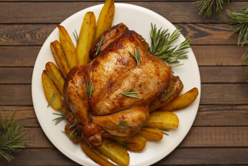 Intero pollo arrostito con la decorazione di natale fotografia stock