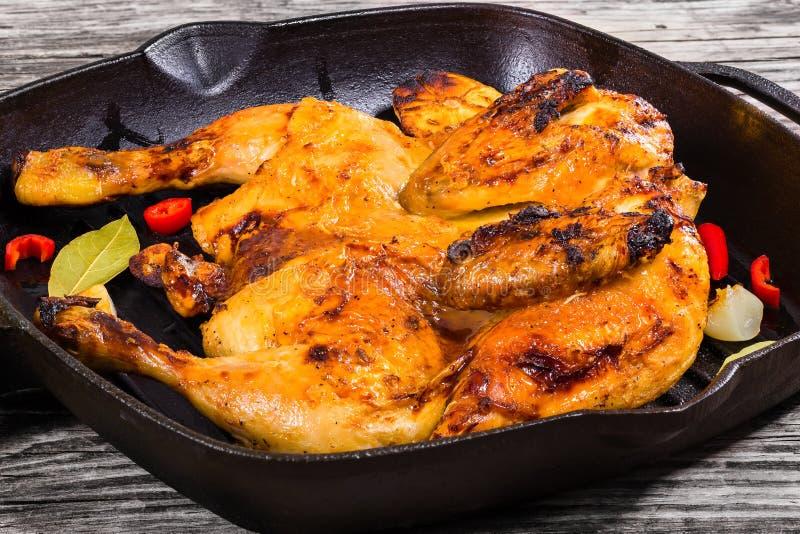 Intero pollo arrostito marinato in salsa di soia e del miele immagini stock