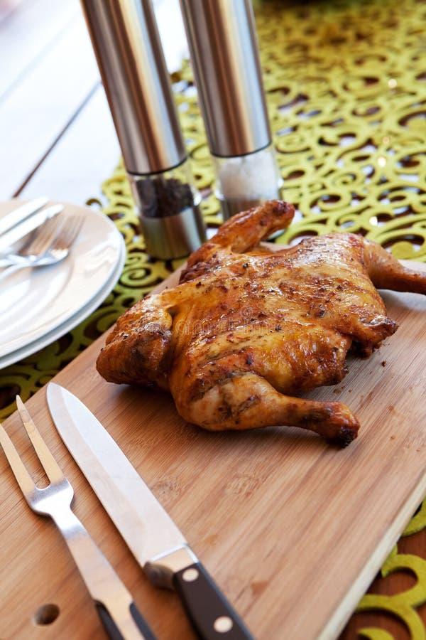 Intero pollo con la coltelleria e le spezie fotografie stock libere da diritti