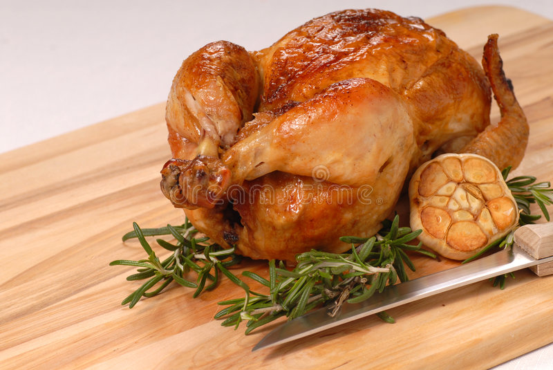 Intero pollo dell'arrosto con rosmarino ed aglio immagini stock libere da diritti