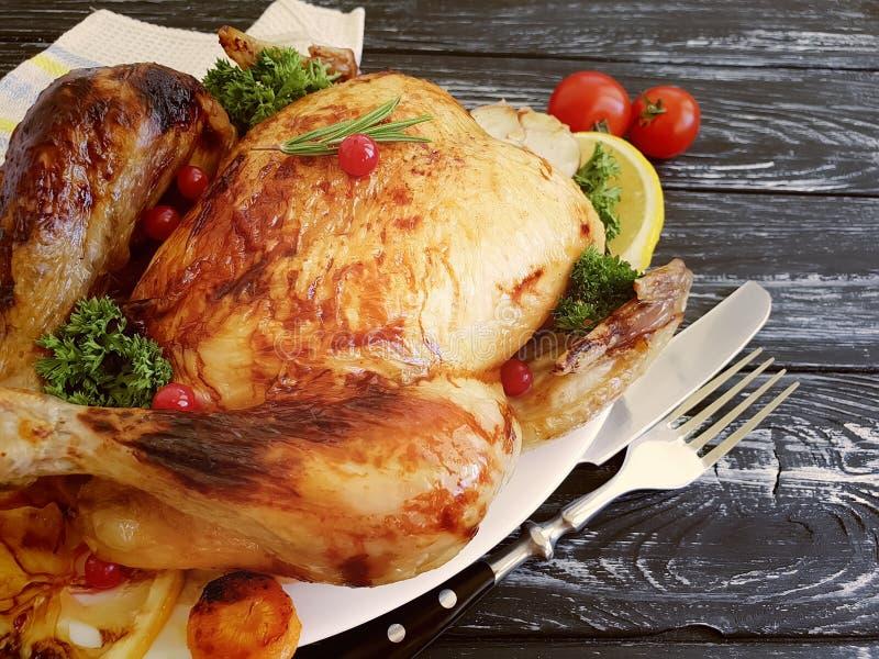 Intero pollo fritto, aglio su fondo di legno immagini stock