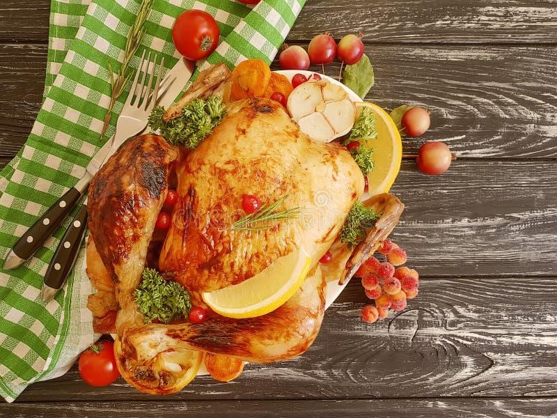 Intero pollo fritto lustrato, aglio cucinato su fondo di legno fotografia stock