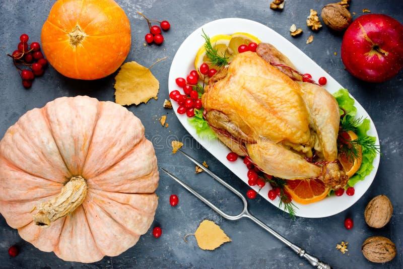 Intero pollo o tacchino arrostito sul piatto e sulle verdure di autunno fotografia stock