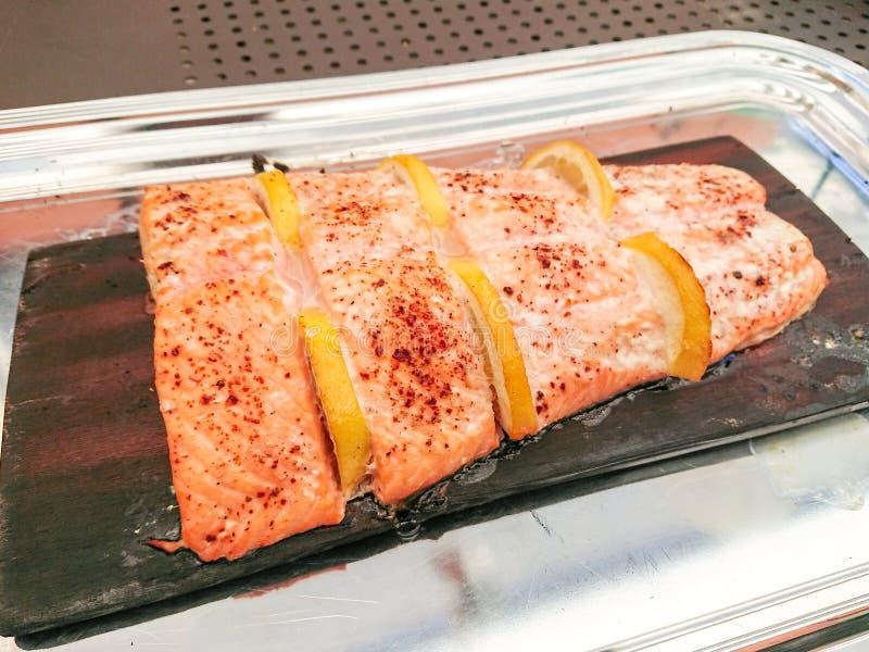 Intero raccordo laterale di color salmone arrostito con il limone immagine stock
