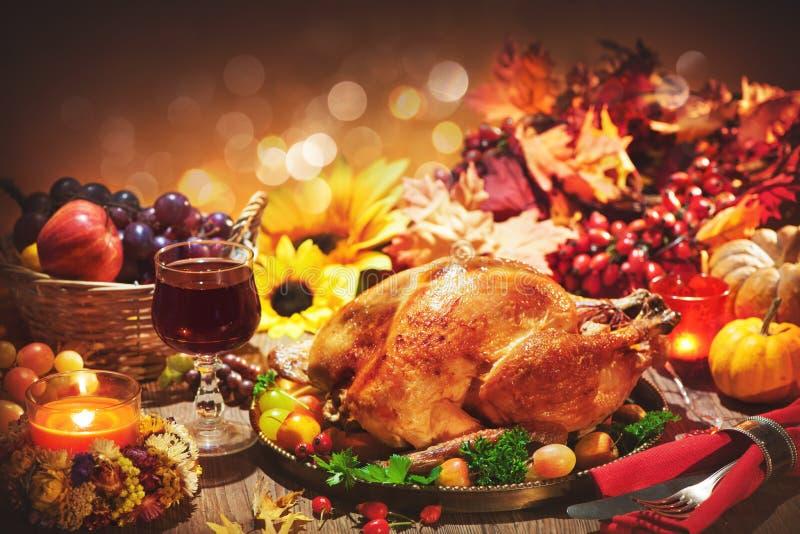 Intero tacchino arrostito sulla tavola festiva per il giorno di ringraziamento fotografia stock