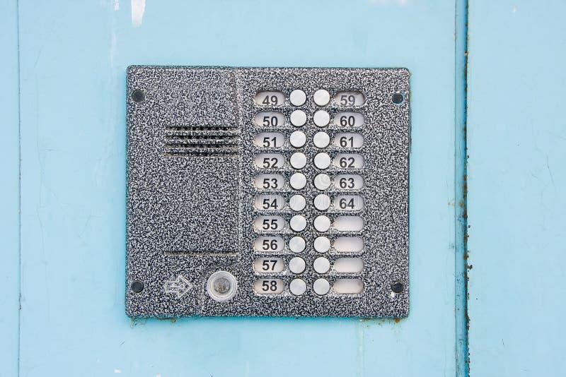 Interphone de porte d'entrée sur la porte métallique photo stock