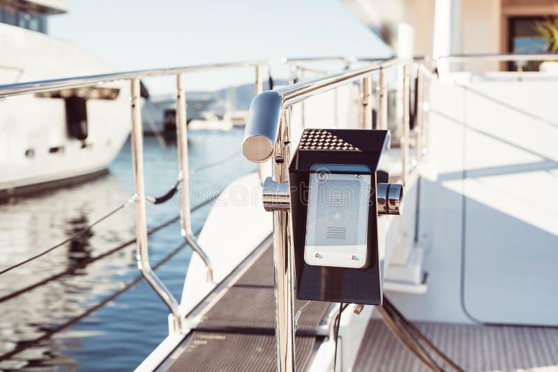 Interphone sur l'entr?e moderne de yacht photo stock