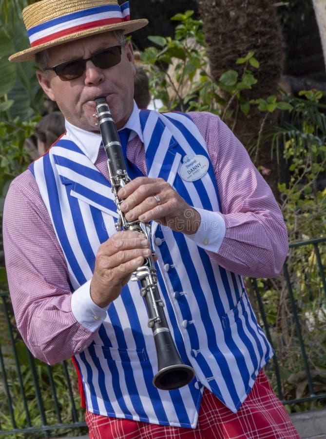 Interprète de jazz de la Nouvelle-Orléans sur la clarinette chez Disneyland, Anaheim images libres de droits