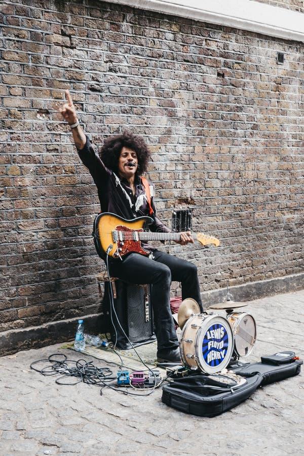 Interprète de rue chantant sur la ruelle de brique, Londres, R-U images libres de droits