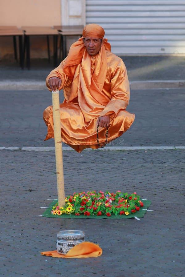 Interprète de rue, homme faisant de la lévitation à Rome, Italie photographie stock