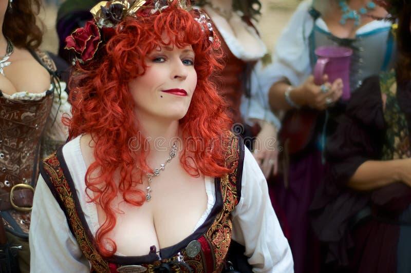 Interprète rouge sexy de la Renaissance de cheveu image stock
