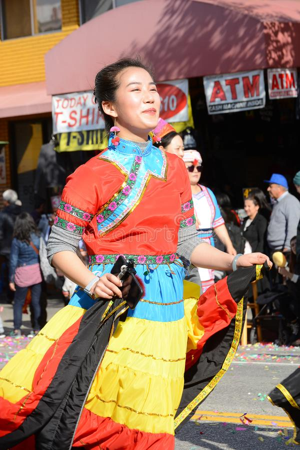 Interprète thaïlandais féminin dans la robe colorée chez Dragon Parade d'or, célébrant la nouvelle année chinoise image libre de droits