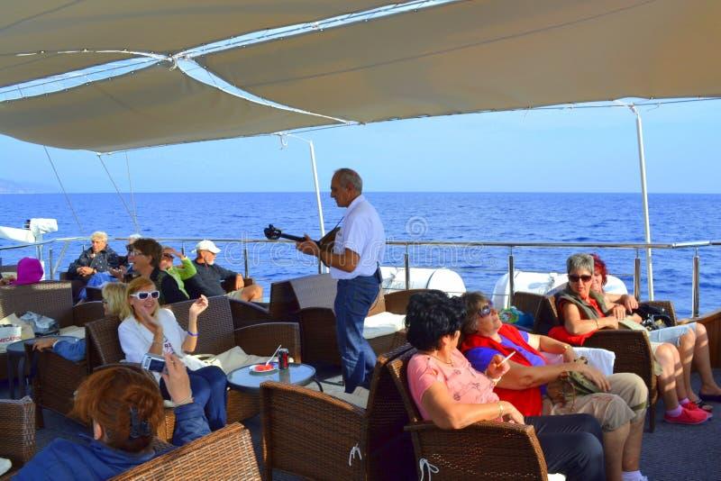 Interprète vivant de bouzouki de bateau de croisière photographie stock libre de droits