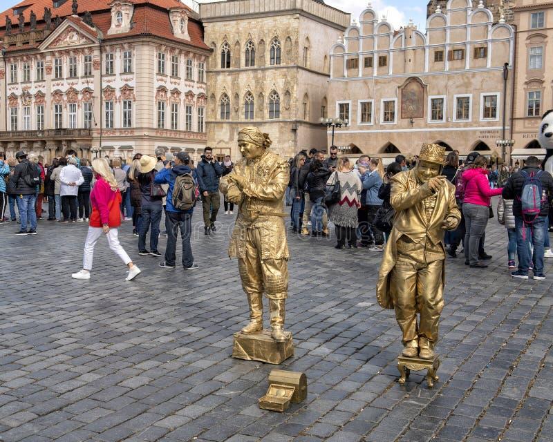 Interprètes d'or de rue, vieille place, Prague, capital de la République Tchèque photo stock