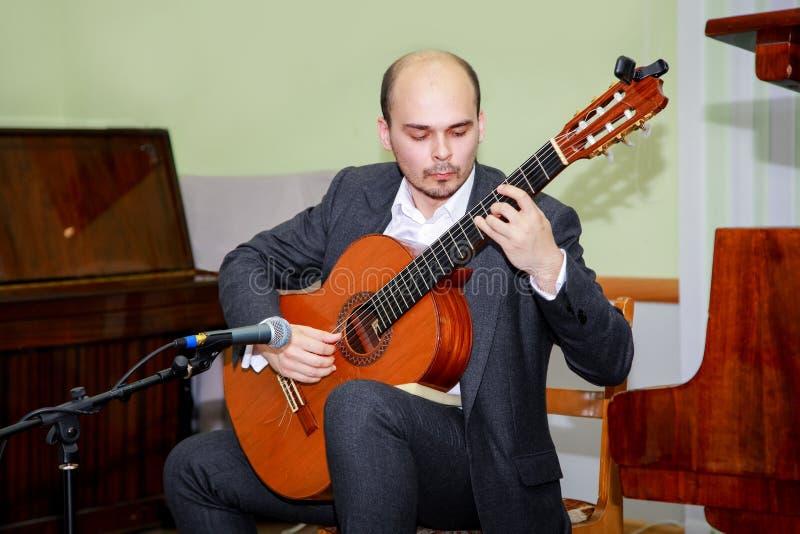 Interprètes de concert jouant la guitare Jeunes jeux de guitariste sur la scène photos libres de droits