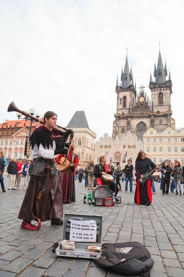 Interprètes de rue à la vieille place à Prague photos libres de droits