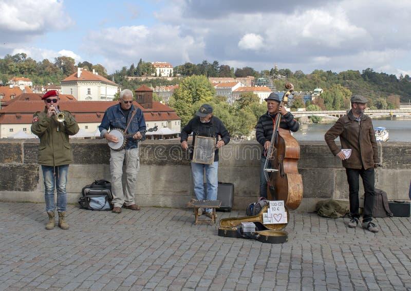 Interprètes de rue, Charles Bridge, Prague, République Tchèque photo libre de droits