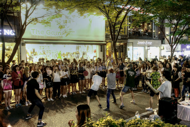 Interprètes de rue dans la ville de Soeul photographie stock libre de droits