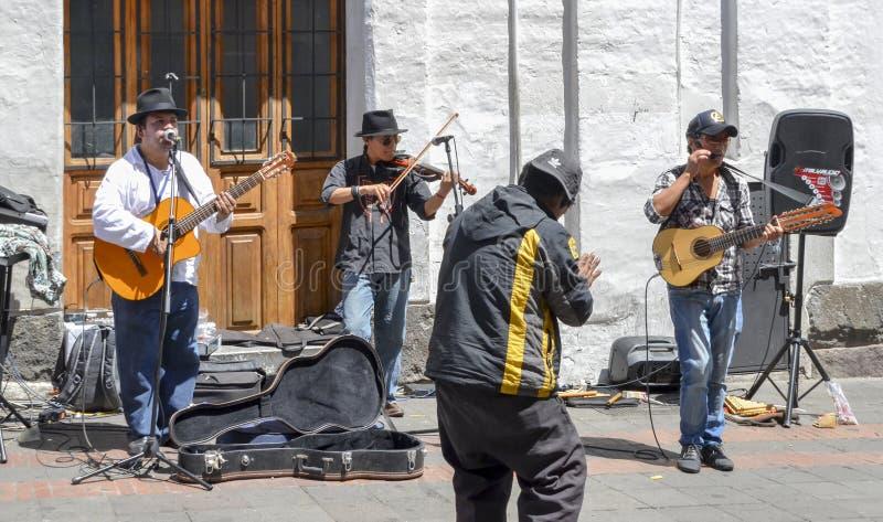 Interprètes de rue de musique au centre historique de Quito, Equateur photos stock