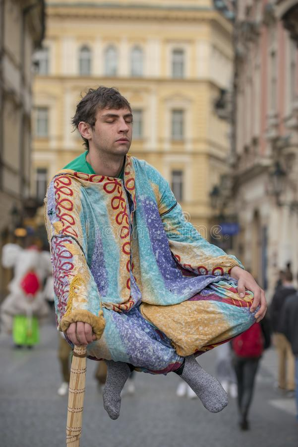Interprètes faisants de la lévitation de rue de Prague d'acte d'illusion photos stock