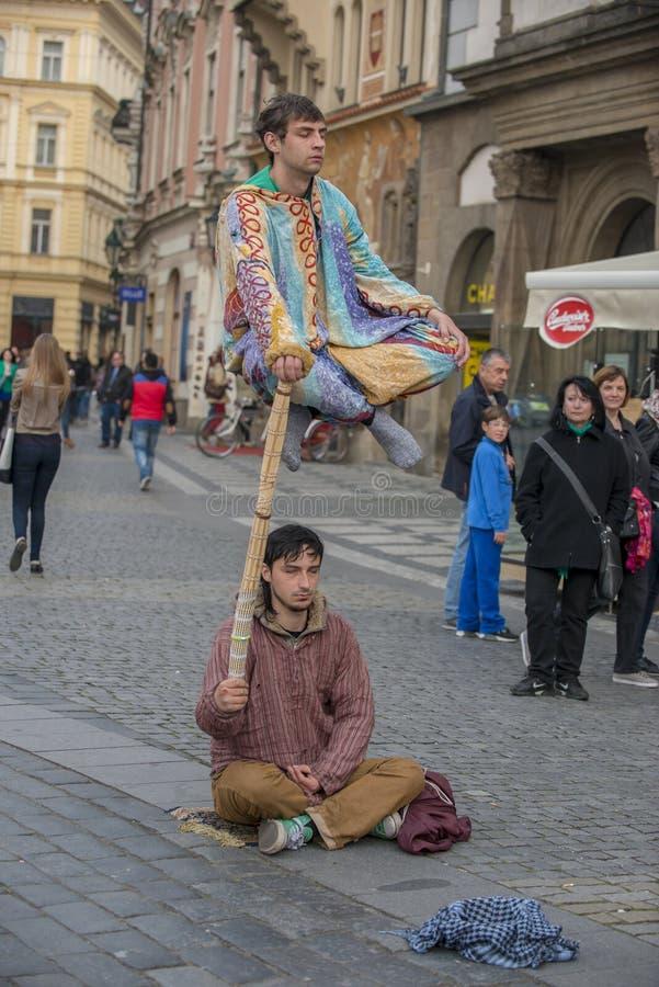 Interprètes faisants de la lévitation de rue de Prague d'acte d'illusion image libre de droits