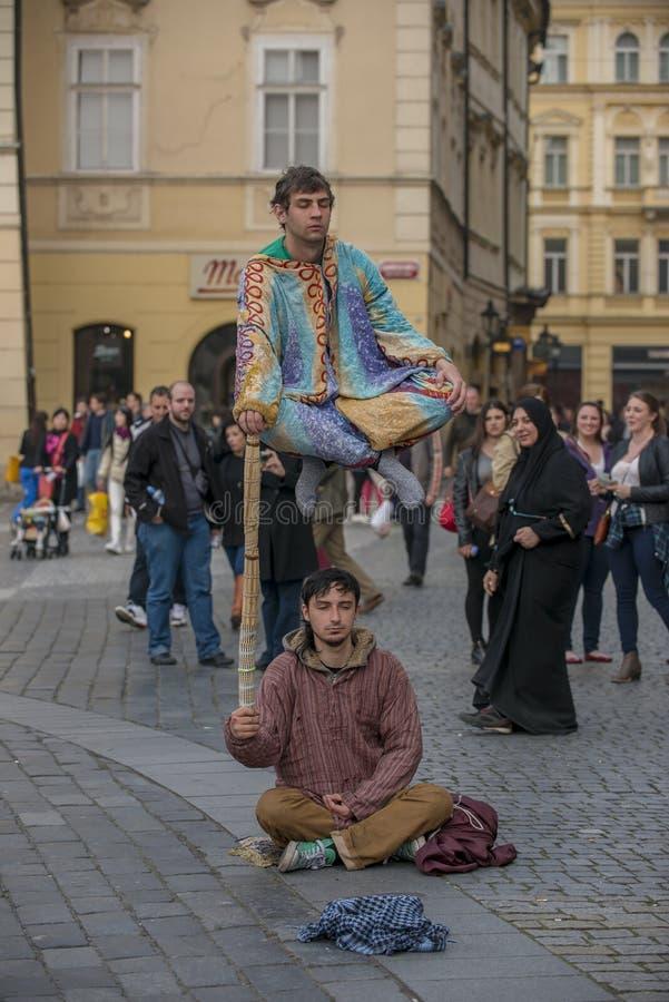 Interprètes faisants de la lévitation de rue de Prague d'acte d'illusion photo libre de droits