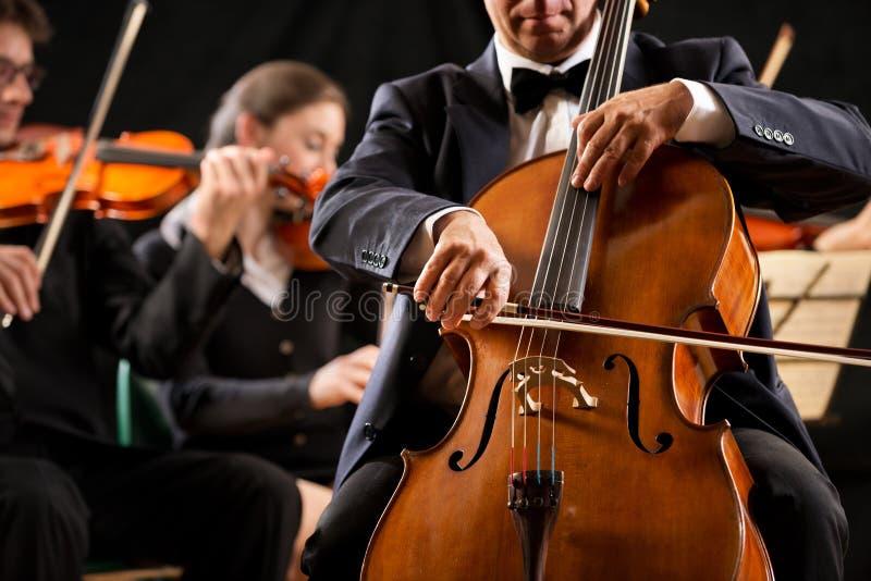 Interprétation d'orchestre symphonique : plan rapproché de celloist photo stock