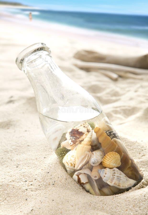 interpréteurs de commandes interactifs de bouteille de plage photographie stock