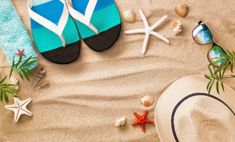 Interpréteurs de commandes interactifs de mer sur le sable Fond de plage d'été images stock