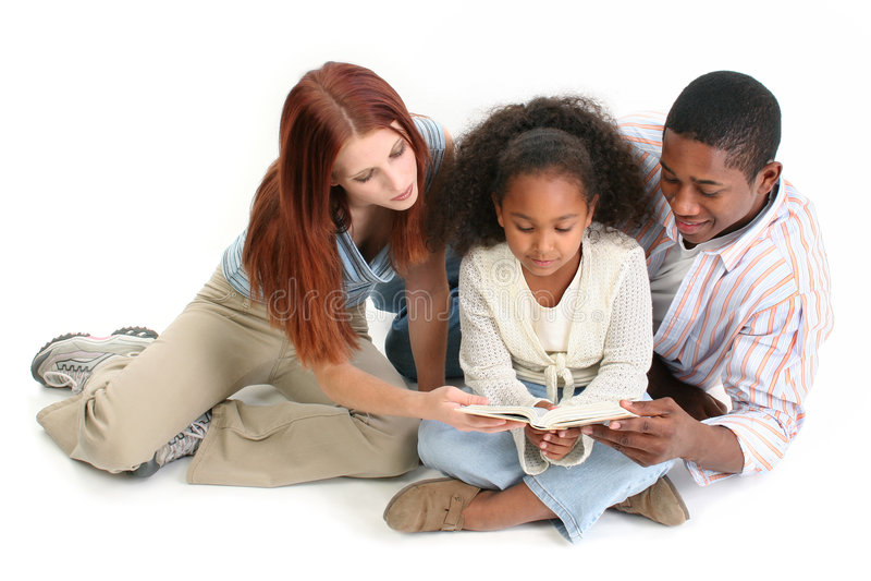 Interracial Bijbel samen Ov van de Lezing van de Familie stock afbeelding