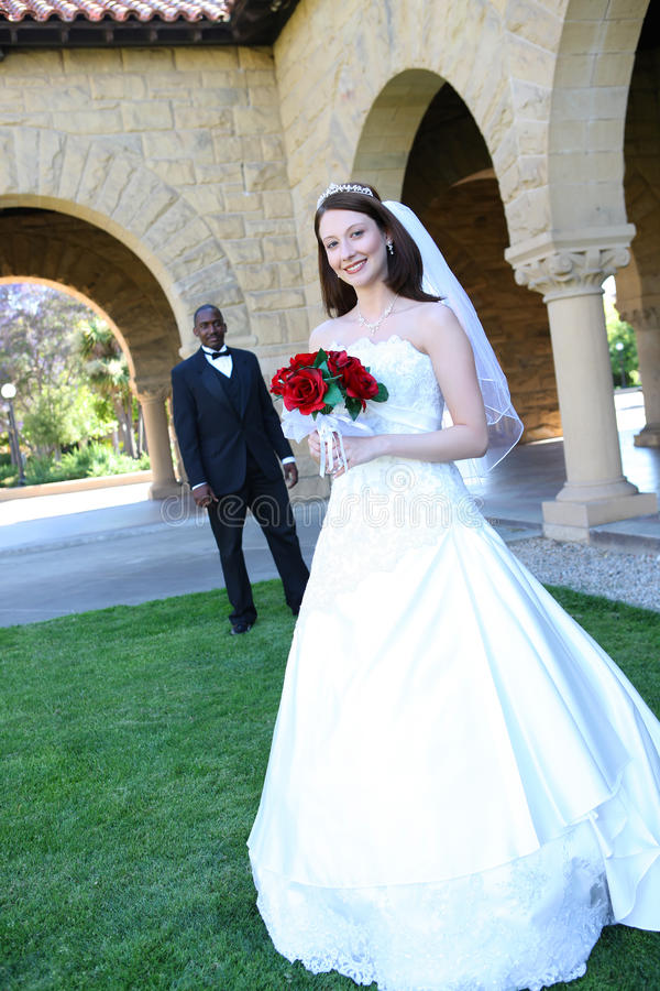 interracial bröllop för attraktiva par arkivfoto