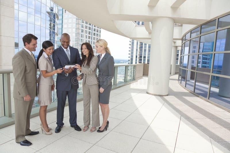 Interracial Commercieel Team met de Computer van de Tablet stock foto
