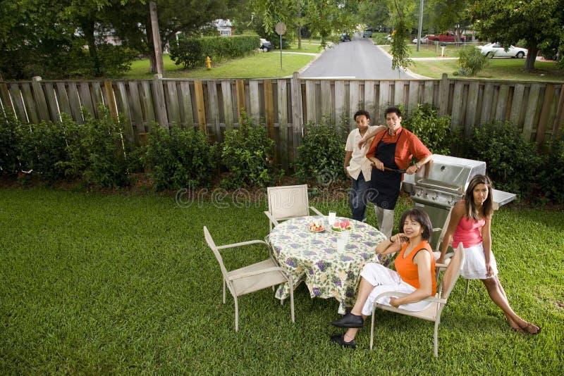 Interracial familie in binnenplaats royalty-vrije stock afbeeldingen