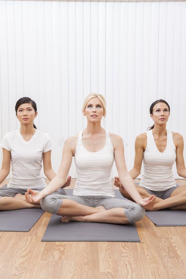 Interracial Groep Vrouwen in de Positie van de Yoga stock afbeelding