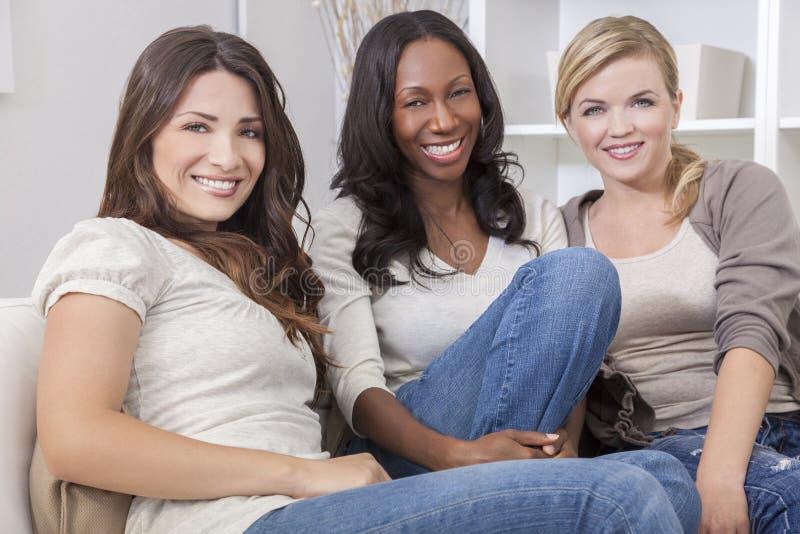 Interracial grupp av härliga kvinnavänner royaltyfri foto