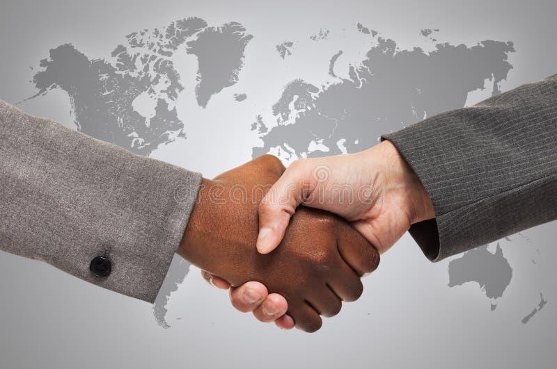interracial handskakning royaltyfri foto