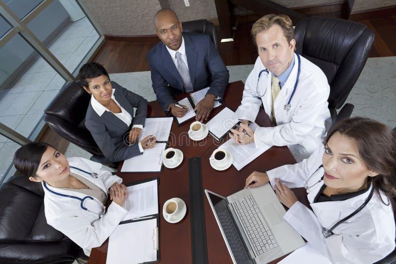 Interracial medicinskt affärslagmöte royaltyfri bild