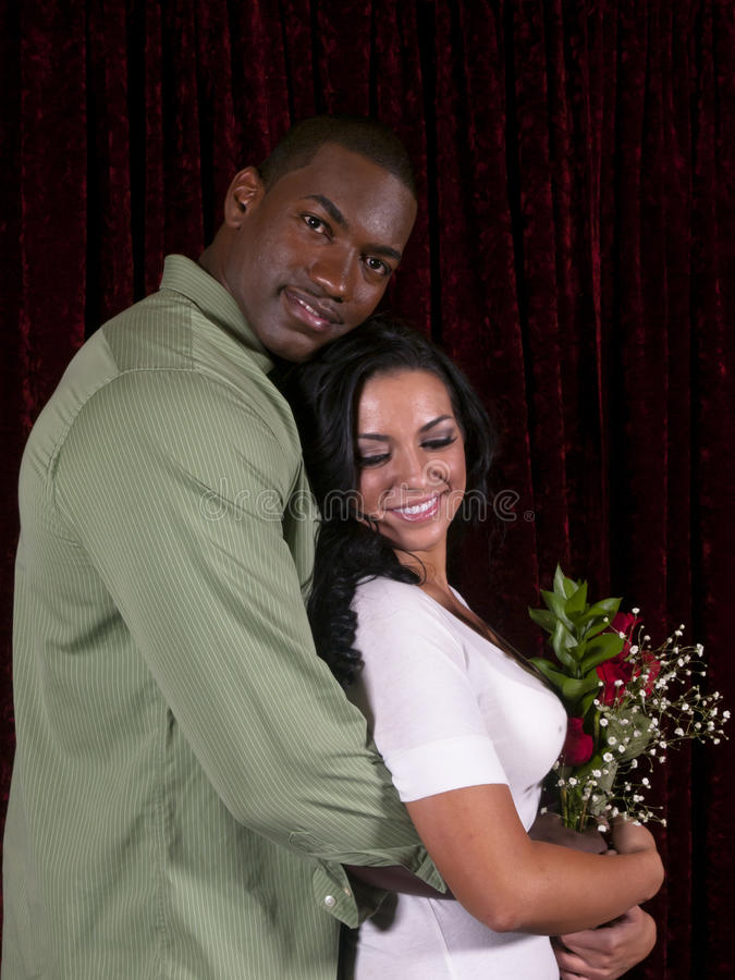 Interracial paar met rozen stock foto