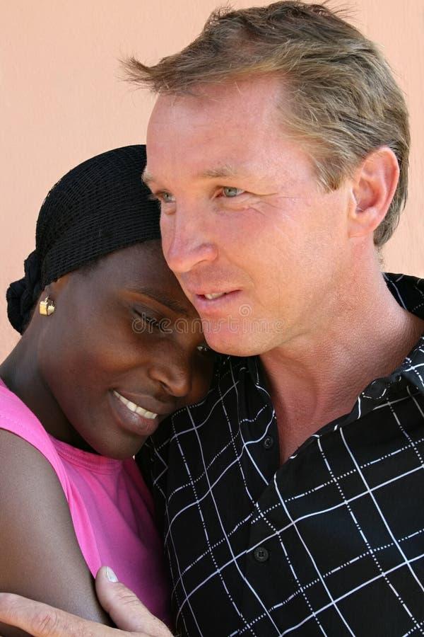 interracial stående för par arkivfoto
