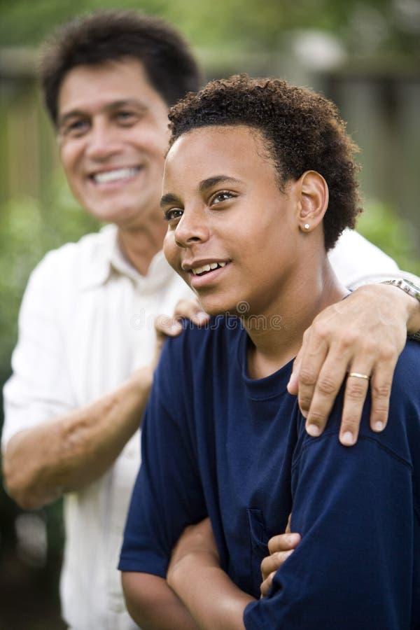 Interracial vader en zoon stock foto's