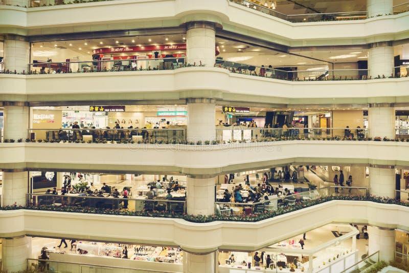 Interrior av shoppinggallerian med diversehandel, modern köpcentrumkorridor för insiede arkivfoton