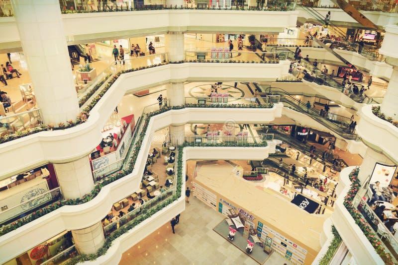Interrior de la alameda de compras con las tiendas, pasillo moderno del centro comercial del insiede foto de archivo libre de regalías