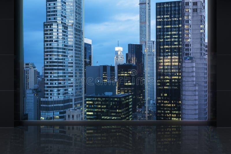 Interrior minimalista con una finestra enorme e New York City panoramico fotografie stock libere da diritti
