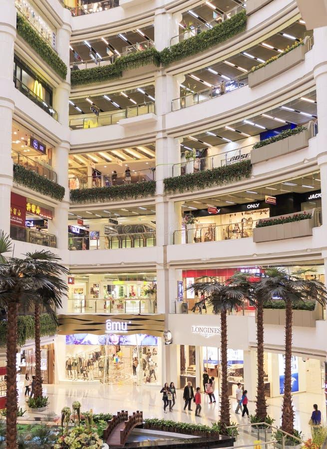 Interrior van winkelcomplex met opslag, insiede moderne winkelcentrumzaal stock afbeelding