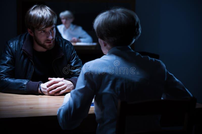 Interrogación en un cuarto oscuro foto de archivo libre de regalías