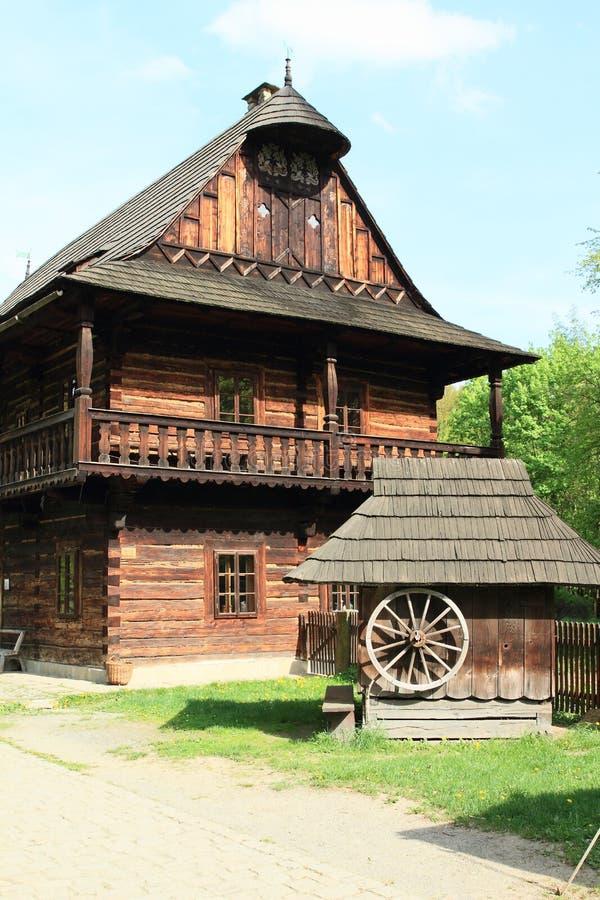 Interrup??o de madeira com a casa suportada da cidade fotos de stock