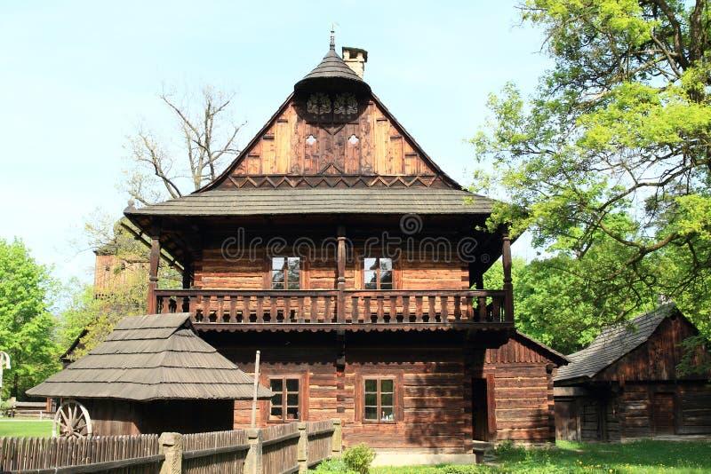 Interrup??o de madeira com a casa suportada da cidade imagem de stock royalty free