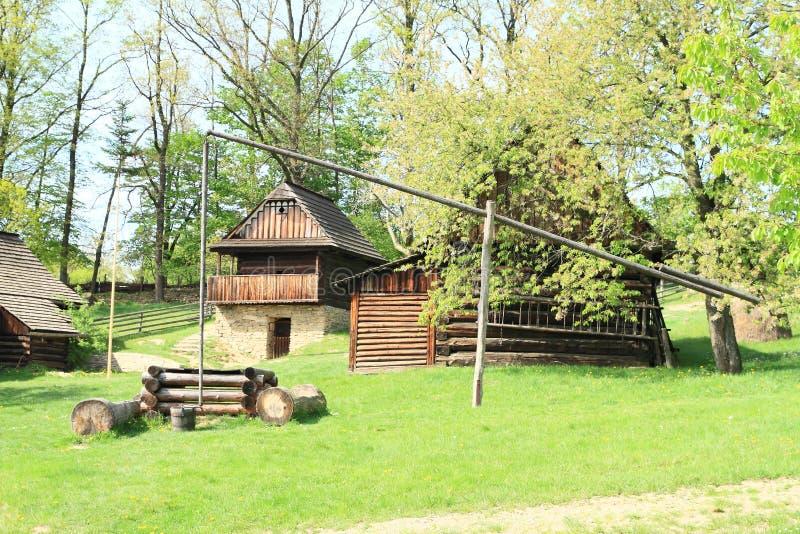 Interrup??o de madeira na vila com casas suportadas imagens de stock royalty free